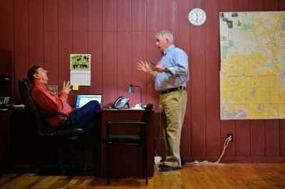 Publisher Editor Les Zaitz (left) confers with reporter Pat Caldwell.